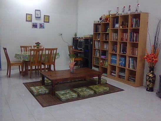 Ruang tamu merangkap ruang rehat dan ruang untuk belajar. Meja Jepun untuk anak perempuan, anak lelaki sekolah rendah dan saya melepakkan kerja dan meja tinggi untuk anak-anak bujang melepakkan 'homework' mereka. Rak buku dan komputer diletak berdekatan untuk memudahkan akses rujukan dan menyiapkan tugasan.